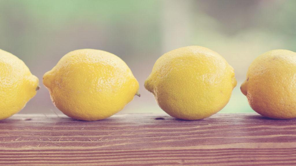 Zitronen liegen auf einem Tisch.